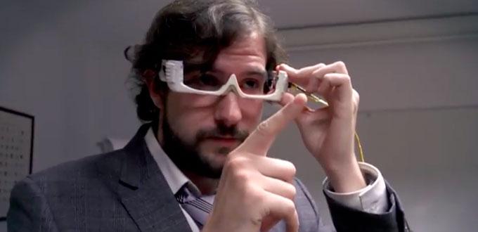 David estudiante de informática de la UCM con las gafas para detectar patologías oculares