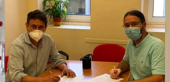 El vicerrector Rafael Ventura y el profesor Isaac Agudo en la firma de la constitución